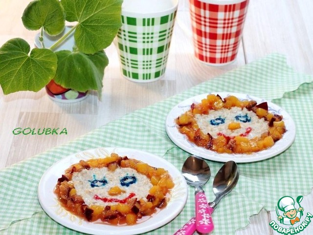 4. Выложите кашу в тарелочки, добавьте карамельные фрукты и украсьте блюдо.
