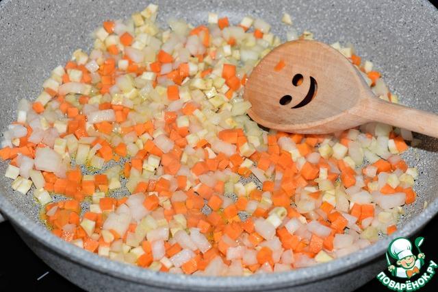 Обжарить овощи в растительным масле 10-12 минут.    Добавить нарезанный чеснок, прогреть все вместе еще пару минут.     Снять с огня.
