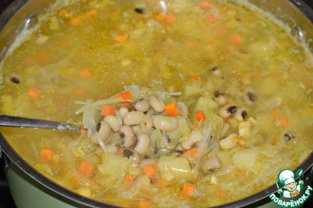 Выложить в кастрюлю отваренную до готовности фасоль (или использовать консервированную), обжаренные овощи, посолить суп, приправить перцем.    Варить минут пять, снять с огня, прикрыть крышкой и дать настояться супу 10-20 минут.    Все готово!     При подаче добавить в тарелки с супом рубленную зелень и несколько капель лимонного сока. (по желанию)