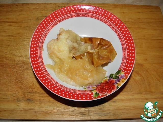 Запечь яблоко в духовке до готовности, удалить шкурку