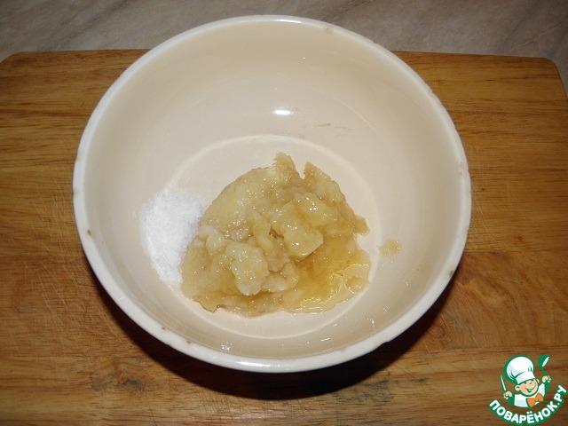 Выложить в чашу блендера (я показываю в обычной чашке) добавить соль и мед