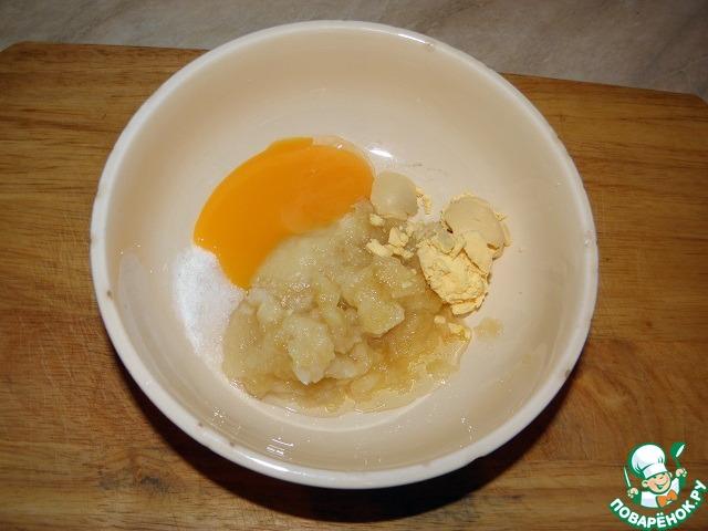 Затем добавить в чашу блендера один сырой желток и один варёный желток.