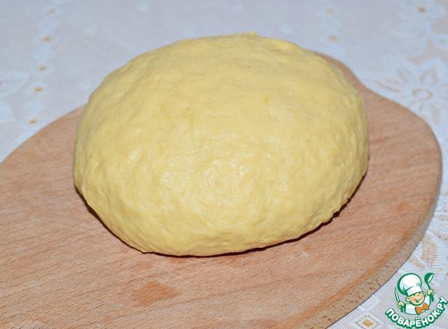 Подсыпая частями муку, замесить тесто.    Тесто должно получиться мягкое, нежное, неплотное.     При этом оно хорошо держит форму и не липнет к рукам.     Мука бывает разная, именно поэтому сразу всю муку всыпать не стоит.     Ее может понадобиться чуть меньше или больше.