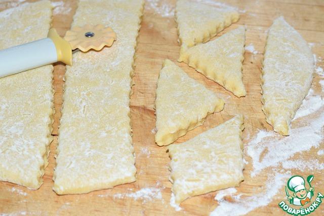 На присыпанной мукой рабочей поверхности раскатать тесто в пласт толщиной 1-1,5 см.    Вырезать коржики нужного вам размера и формы.