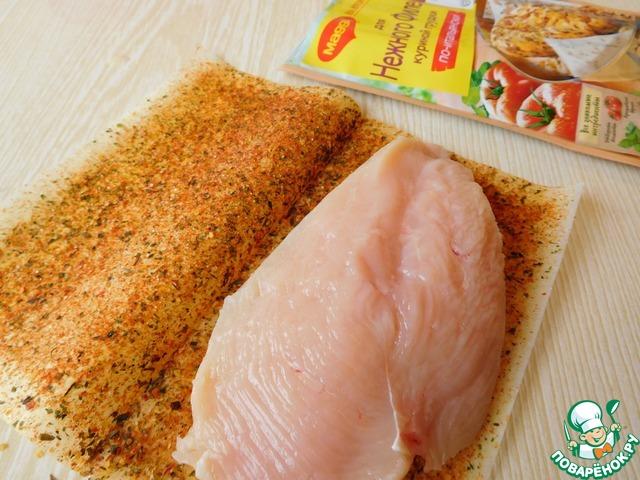 """Куриное филе разрезаем пополам, заворачиваем в лист с приправой """"MAGGI® На второе для нежного филе куриной грудки"""". Обжариваем с двух сторон на среднем огне, в течении 15 минут."""