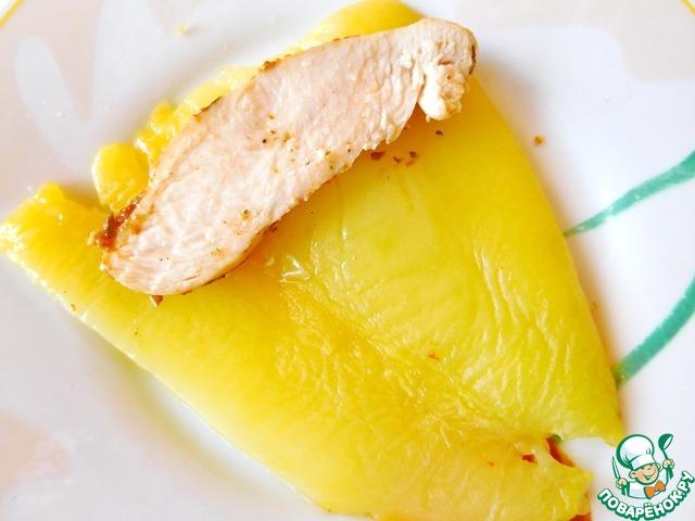 Готовое куриное филе разрезаем на ломтики и выкладываем на половинку перца.