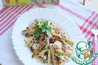 Салат из курицы, риса и клюквы