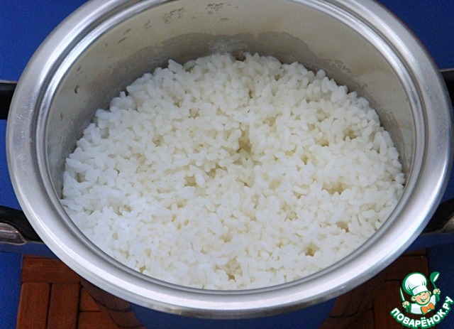 Закрыть крышку, снять кастрюлю с плиты. Пусть стоит полчаса, а рис доходит сам по себе. Накрывать и укутывать кастрюлю ничем не надо.   Вот такой красавец получается.