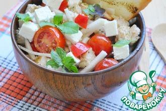 Салат с курицей, фетой и помидорами
