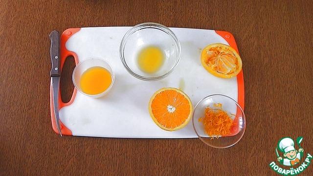 С половины апельсина на терке снять цедру и выжать сок. 50 мл сока понадобится для теста, а около 2 ст. л для глазури.
