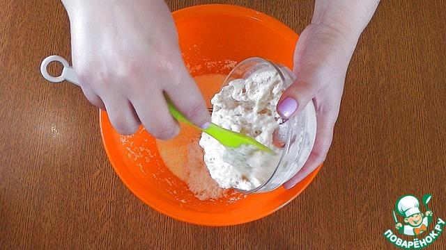 Добавить цедру, оставшееся молоко, 50 мл сока, размешать и добавить дрожжи, размешать. Подсыпая муку, замесить лопаткой тесто. Оно должно быть липким и вязким.