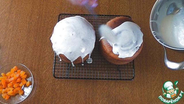 Сделаю глазурь, для этого я беру пол чайной ложки желатина, заливаю соком апельсина. Далее, добавляем воду в сахарную пудру и хорошенько размешаем. Нагреваю все на медленном огне, постоянно помешивая и жду когда растворится сахар и смесь начнет закипать, потом отправляю сюда набухший желатин, размешаю. Сразу же, пока смесь горячая, взобью миксером. Взбивайте ее до такого состояния как вам нравится, я оставляю ее жидковатой, так как она застывает очень быстро, а я люблю подтеки.