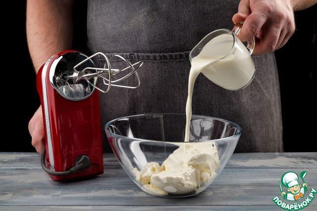 Творожный сыр Hochland взбейте со 100 мл сливок.