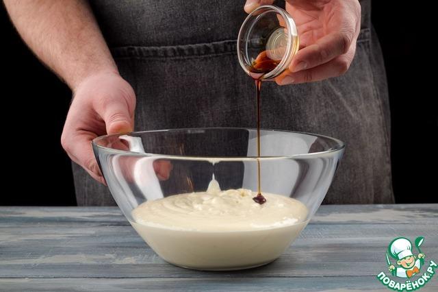 Соедините творожную массу, сливки с шоколадом, ваниль по вкусу. Все хорошо взбейте. В большой емкости взбейте яйца до увеличения объема в 2 раза. Постепенно добавьте 250 г сахарной пудры. Взбивайте еще 10 минут.