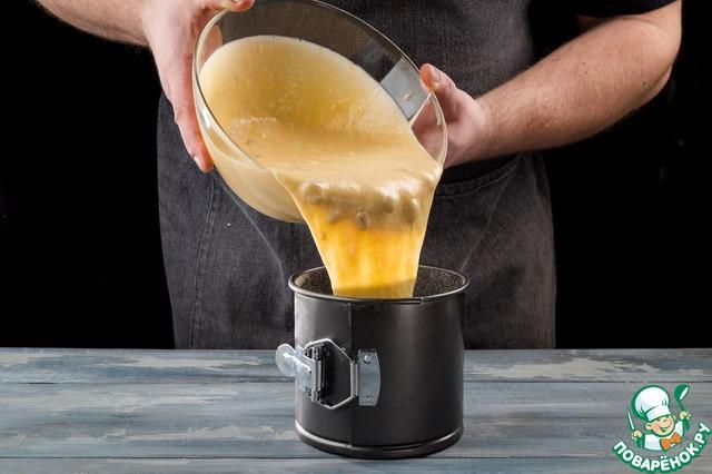 Изюм промойте, обсушите и обваляйте в 1 ст. л. муки. Соедините изюм с тестом.   Для выпечки используйте форму диаметром 24 см. Смажьте ее сливочным маслом, посыпьте мукой и заполните тестом на 2/3. Выпекайте кулич при 180°С 40 минут.