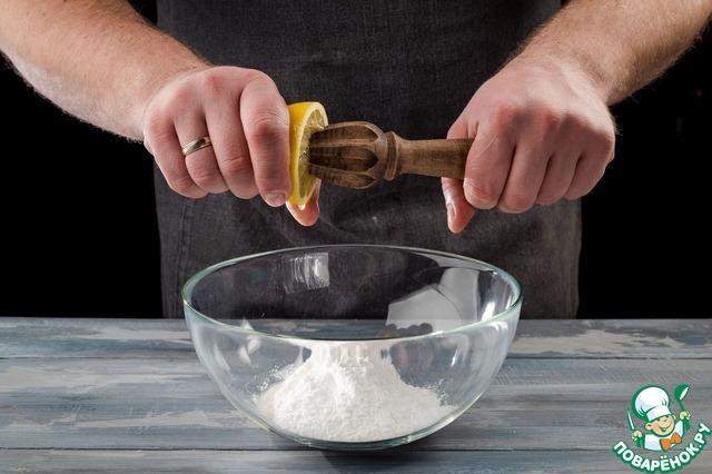 Пока выпекается кулич, приготовьте лимонную глазурь. Для этого соедините постепенно 200 г сахарной пудры с лимонным соком, перетирая смесь ложкой.