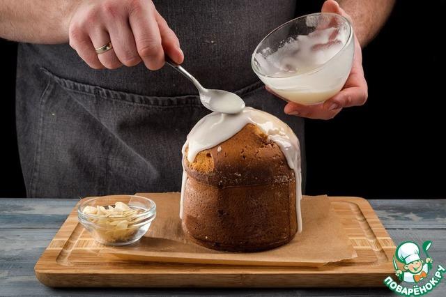 Готовый кулич немного остудите и полейте глазурью.    Миндаль поджарьте на сковороде, измельчите и посыпьте кулич сверху. Приятного чаепития!