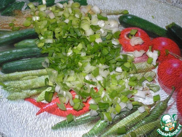 Зелёный чеснок и лук мелко нарезать.
