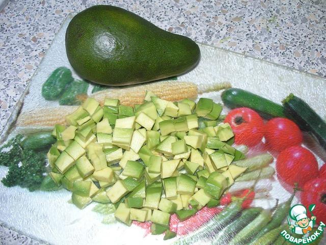 Авокадо нарезать кубиками как и огурец.