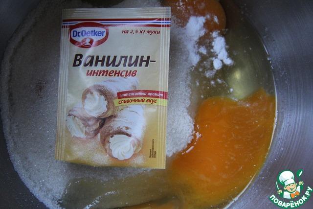 Яйца взбить до пышного состояния с сахаром и ванилином