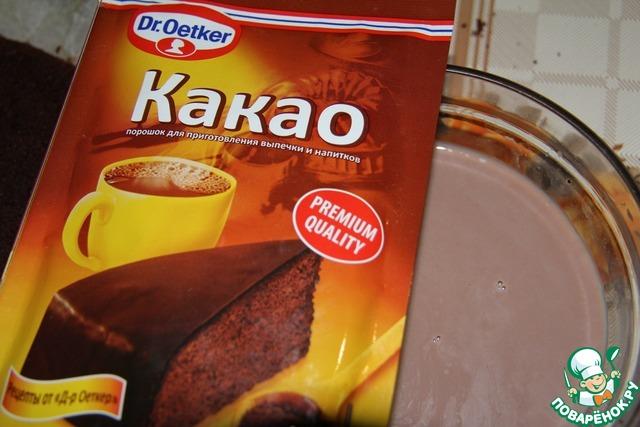 Бисквит разрезать на 3 коржа. Пропитать сиропом, сваренным из молока, какао и сахара.