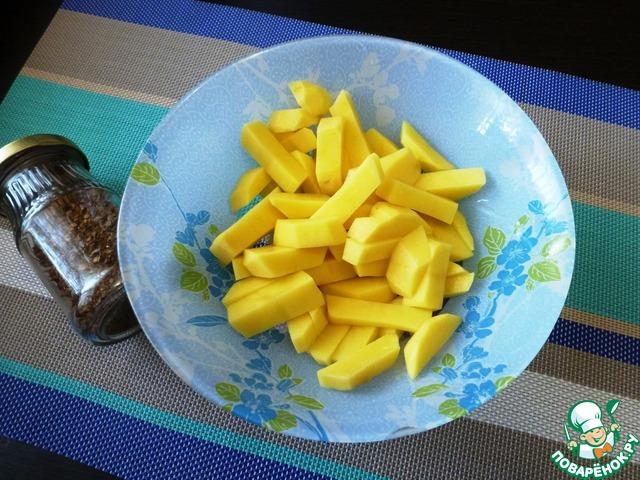 Пока готовим овощи. Чистим картошку и режем её соломкой. В баночке у меня грибной порошок. Грибной порошок я готовлю сама из сушеных лесных грибов. Перемалываю их в блендере вместе с сухими травами (укроп, петрушка, чеснок и тд).