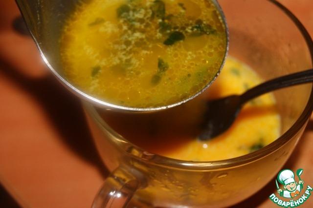 Соус- авгОлемоно (яйцо-лимон) я научилась готовить у греков.   Взбить яйцо с лимонным соком. Постоянно помешивая добавить поварешку бульона из супа.