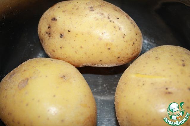 Отварить картофель в мундире и очистить.