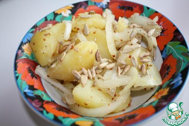 Обжарить семечки подсолнуха или на сковороде, или в микроволновке.   Посыпать салат семечками.