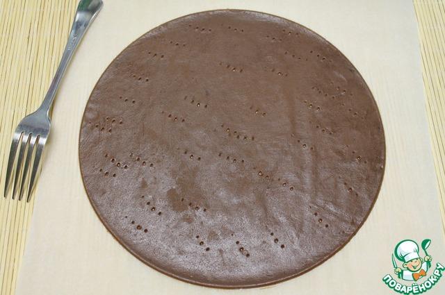 Тесто раскатываем на пекарской бумаге. Вырезаем круг ( у меня 24 см). Корж густо накалываем вилкой и выпекаем при 160-180С ~ 5-7 минут.   Проверить готовность коржа можно, нажав на серединку, палец не должен проваливаться.
