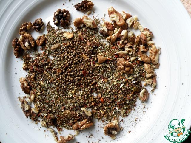 Пряности беру сушеные и толку их в ступке с крупной солью и орехами. Соль впитывает масло и смесь лучше толчется. Однородности не особо добиваюсь. В смеси сушеных трав больше, чем перцев.