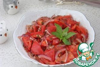 Салат из помидоров и ялтинского лука