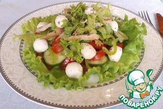 Овощной салат с курицей и моцареллой