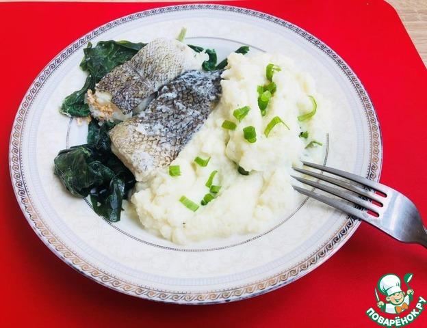 Рыбу и шпинат выложить в порционные тарелки. Подавать с любимым гарниром, у меня капустное пюре. При желании украсить зеленью. На столе легкий и вкусный обед или ужин.    Приятного аппетита!