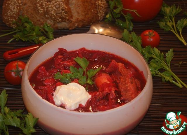 Борщ получился знатный - с насыщенным бульоном из мяса и птицы, густой и очень ароматный.