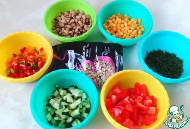 Подготовить остальные ингредиенты. Нарезать перец, огурец, помидор и зелень. Открыть баночку кукурузы.