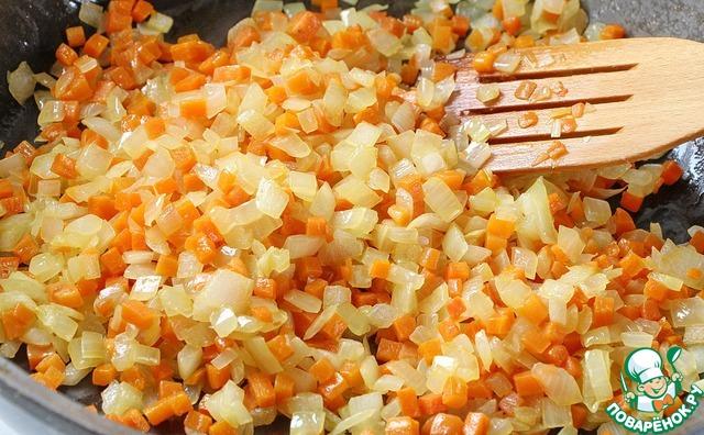 Морковь обжариваем на растительном масле до полуготовности, затем добавляем репчатый лук и жарим на среднем огне, периодически помешивая.