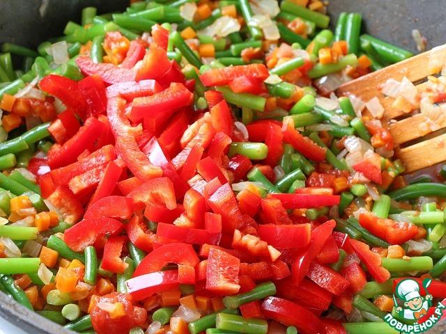 Затем в сковороду добавляем нарезанный перец. Если в ваших закромах имеется замороженный перец, то можете использовать его. Солим, перчим, добавляем приправы. По желанию можно использовать ароматные соли, которые придадут блюду дополнительный букет вкусов. Тушим под крышкой до готовности овощей.