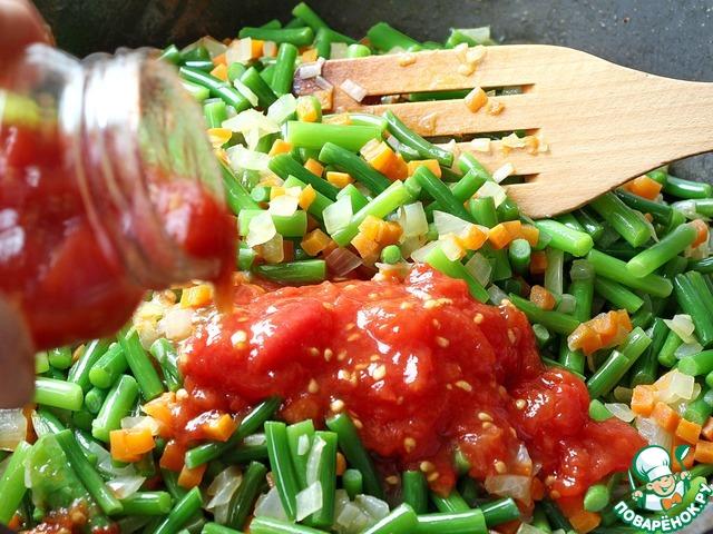 Как только овощи станут мягкими добавляем протертые томаты. Я использовала, томаты без уксуса, заготовленные впрок по рецепту http://www.povarenok .ru/recipes/show/951  69/ (уберите пробелы и ссылка откроется).   Вместо протертых томатов вы можете использовать свежие, для этого разрежьте томаты пополам и натрите их на крупной терке, при этом шкурка останется у вас в руках.