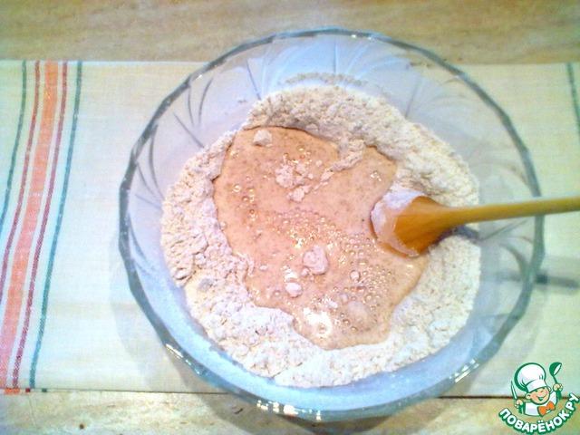 В воде растворить дрожжи и сахар, прикрыть салфеткой и оставить в тепле на 10 мин. для активации дрожжей. Два вида муки просеять дважды, смешать с солью. Влить жидкость и начинать замешивать тесто.