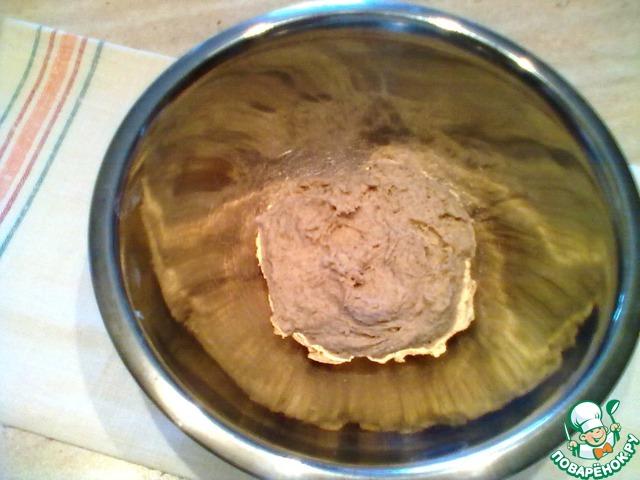 Переложить в миску, затянуть пленкой и убрать в тёплое место на 1,5 часа.