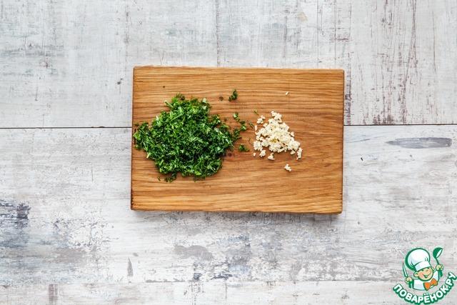 Очень мелко нарежьте зелень, посолите, дайте постоять 5–7 мин. Мелко порубите чеснок и добавьте к зелени.