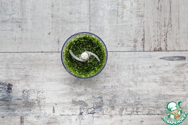 Измельчите зелень с чесноком погружным блендером в пасту (сначала будет плохо получаться, но проявите немного терпения, и все получится).