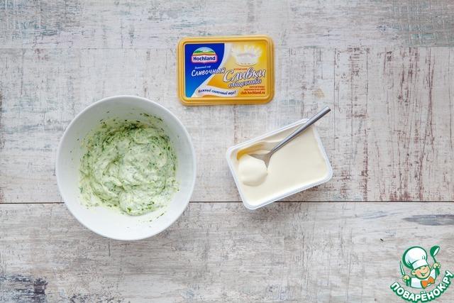 Соедините зеленую пасту со сливочным сыром, поперчите и тщательно перемешайте. Выложите сырную массу в кондитерский мешок с узорчатой насадкой и выложите ее в каждую тарталетку красивой горочкой (можно выкладывать и двумя чайными ложками, смачивая их в теплой воде.