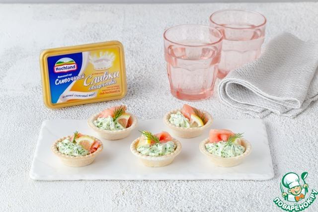 Нарежьте лимон крошечными дольками, укроп раделите на листики. Украсьте тарталетку укропом и лимоном и подавайте.