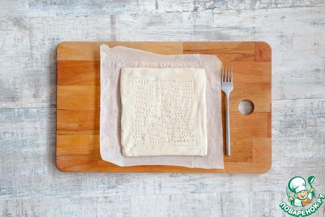 Выньте из морозильника тесто на 10 мин., не больше. Разделите пласты, выложите на застеленный пергаментом противень в нескольких сантиметрах друг от друга. Маленьким острым ножом надсеките тесто по периметру в 1,5 см от краев – у вас получатся как бы «окошки». Центр теста часто наколите ножом, края не трогайте.   Поставьте противень в холодную (!!!) духовку, выставьте 200 °С и включите огонь. Выпекайте 18–20 мин. – за это время тесто поднимется и станет слегка (но не очень) золотистым.
