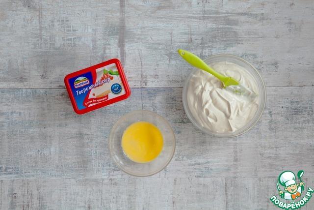 Пока тесто печется, взбейте вместе все ингредиенты заливки. Отдельно взбейте желток со сливками.
