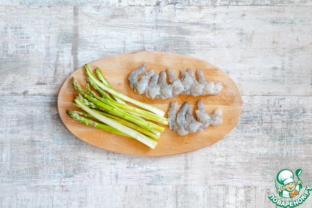 Креветки очистите от панциря, разрежьте вдоль пополам, удалите темную кишечную вену. У спаржи обломите жесткие концы, стебли очистите ножом для чистки овощей. Аккуратно разрежьте стебли вдоль пополам.