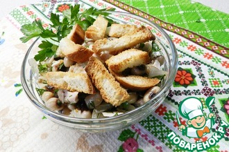 Салат фасолевый с курицей и сухариками