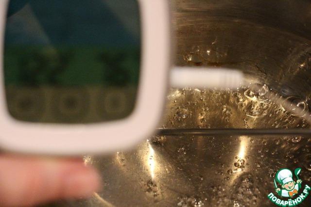 Делаем итальянскую меренгу, варим сироп из сахара и воды до 118-122 градусов.